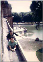 """Thérèse Brenet sur le toit du chateau de Fontainebleu avec Michel Decoust pendant le concours pour le Prix de Rome, 1964"""""""